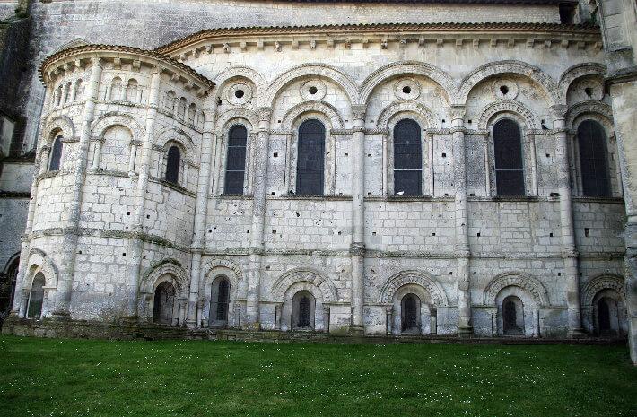 Église Saint-Europe de Saintes - Elévation nord du chevet - Mur roman en pierre de taille rythmé et articulé - 2011