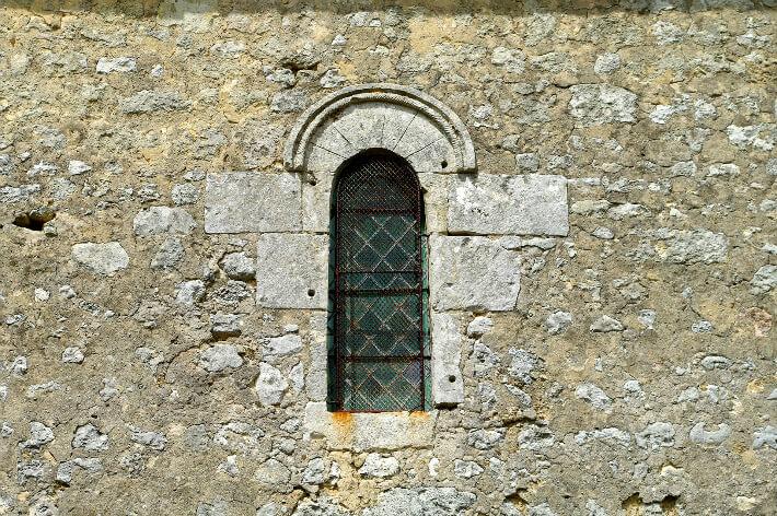 Église Saint-Blaise de Givrezac - Fenêtre à linteau monolithe avec faux claveaux et modénature - 2009