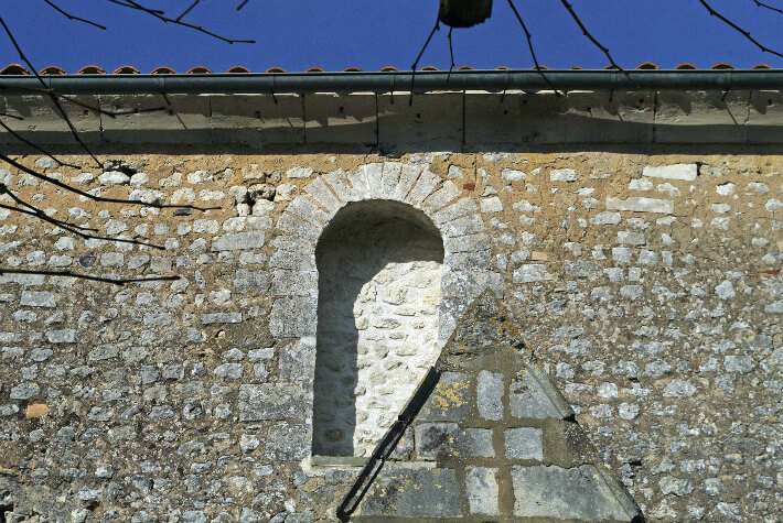 Église de Saint-Dizant-du-Gua - Fenêtre à claveaux étroits et arc outrepassé - 2009