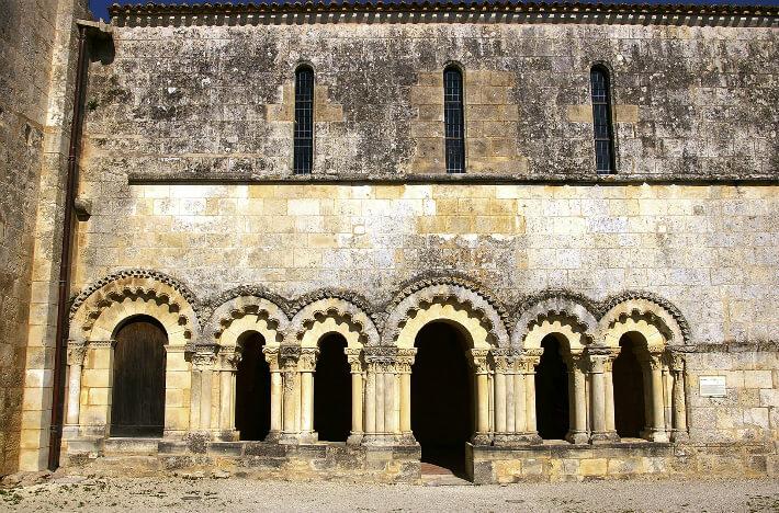 Prieuré Saint-Jean-l'Evangéliste de Trizay - Façade de la salle capitulaire - 2007