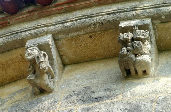 Église Saint-Pierre de Marestay à Matha - Modillons du chevet - Musicien et enchevêtrement d'animaux - 2011