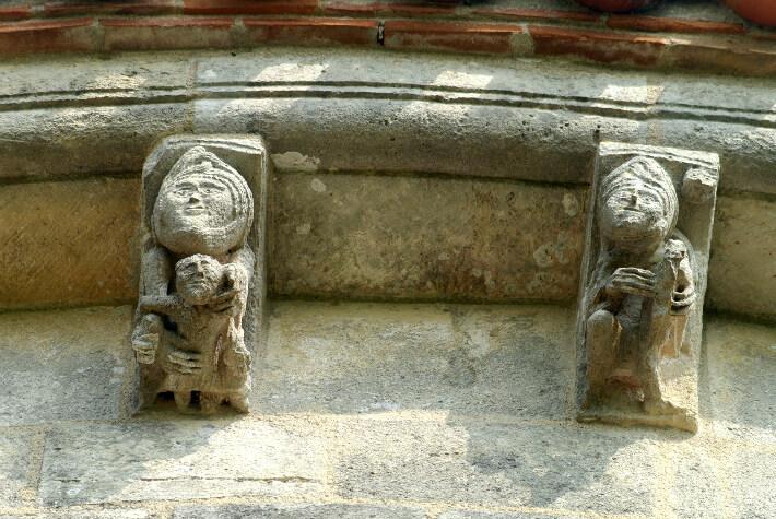 Église Saint-Pierre de Marestay à Matha - Modillons du chevet - Femme avec enfant et fileuse - 2011