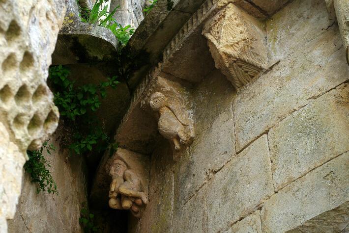 Église Saint-Pierre de Champagnolles - Modillons du chevet - Oiseau et homme obscène - 2009