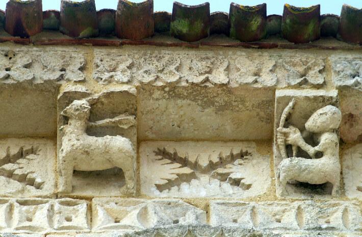 Église Saint-Trojan de Rétaud - Modillons et métopes du chevet - Archer centaure chassant un cerf - 2011