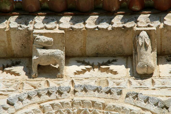 Église Saint-Trojan de Rétaud - Modillons et métopes du chevet - Chien et lapin - 2011