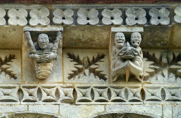 Église Saint-Trojan de Rétaud - Modillons et métopes du chevet  - Contorsionniste indécent et bouche infernale - 2011