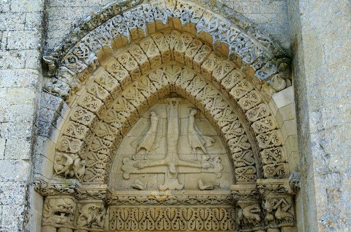 Église Saint-Pierre d'Aulnay - Tympan nord de la façade occidentale - Crucifixion de saint Pierre