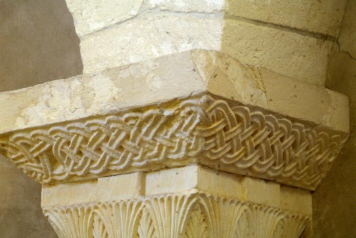 Église Saint-Pierre de Bougneau - Tailloir orné d'entrelacs - 2013