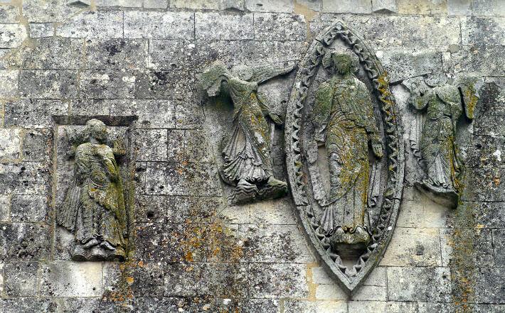 Église Saint-Pierre de Pérignac - Façade occidentale - Christ en Gloire porté par des anges dans une mandorle - 2011