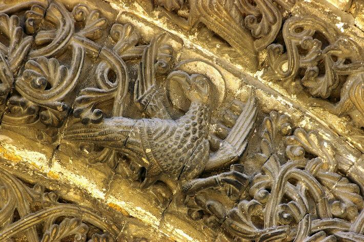 Église Notre-Dame de Saintes Voussure du portail - L'aigle symbole de l'évangéliste saint Jean - 2005
