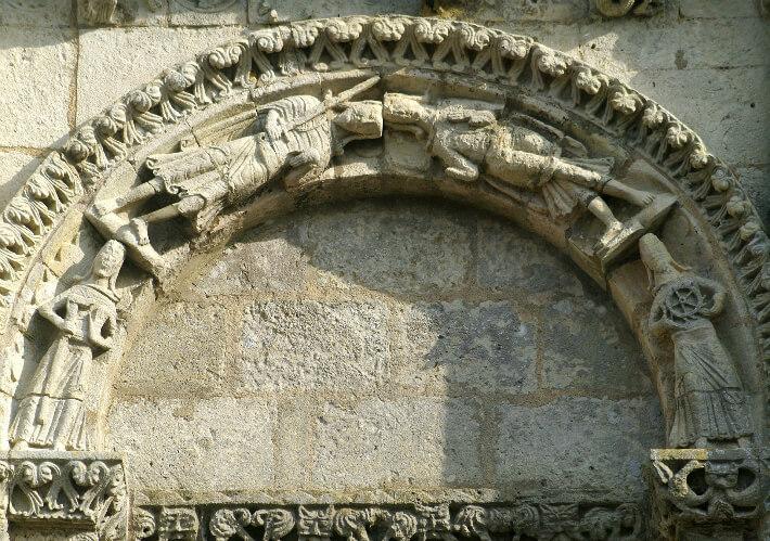 Église Saint-Nazaire de Corme-Royal - Arcade supérieure de la façade - Saints portant les instruments de leur martyre - 2015