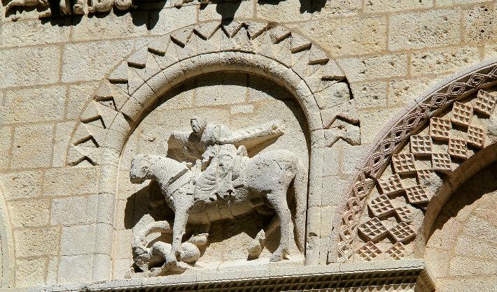 Église Notre-Dame de Surgères - Façade occidentale - Statue équestre de Constantin, piétinant le paganisme sous le sabot de son cheval - 2016