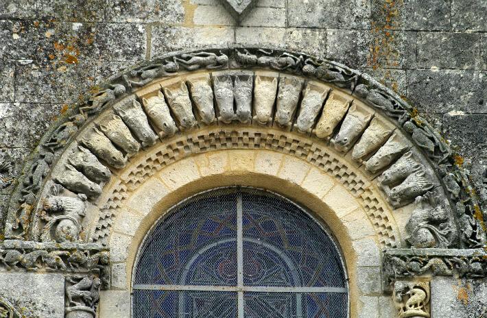 Église Saint-Pierre de Pérignac - Voussure de la fenêtre occidentale - Claveaux ornés de têtes de chevaux