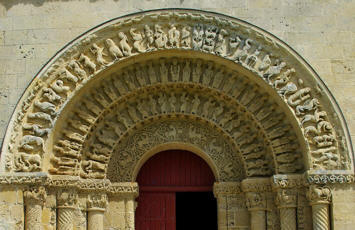 Église Saint-Pierre d'Aulnay - Portail sud du transept - Voussure supérieure ornée d'un bestiaire - 2016