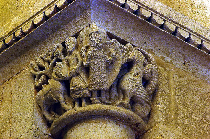 Église Saint-Pierre d'Aulnay - Chapiteau de la chapelle nord - Saint Georges et le dragon - 2008
