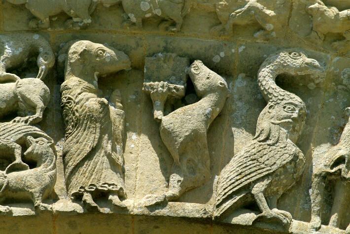 Église Saint-Pierre d'Aulnay - Bestiaire du portail sud - Animaux parodiques dont un âne déguisé en prêtre - 2015