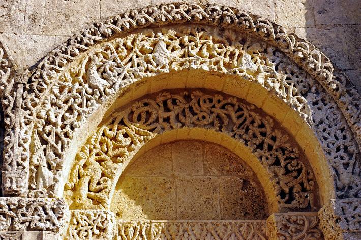 Église Notre-Dame de Corme-Ecluse - Voussures de l'arcature latérale de la façade - Envahissement végétal - 2007