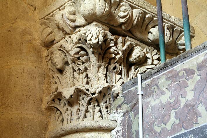 Église Saint-Hérie de Matha - Chapiteau du revers de la façade - Bustes humains dans un décor de feuilles d'acanthes - 2011