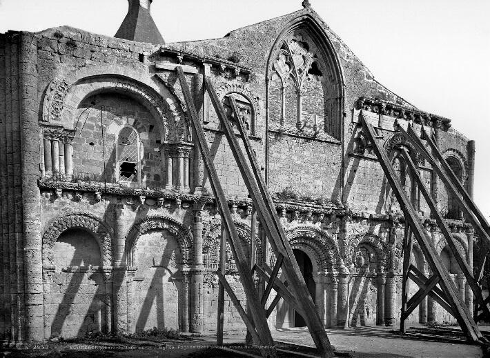 Église Notre Dame de Surgères - Photo de la façade avant restauration -  Mieusement - 0084/017/2007 - ©  Ministère de la Culture - Médiathèque de l'Architecture et du Patrimoine