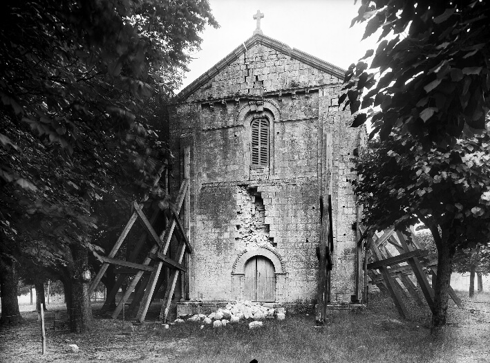 Église Saint-Etienne de Macqueville - Photo façade étayée 1948 - Mas - PA00104786 - © Ministère de la Culture - Médiathèque de l'Architecture et du Patrimoine