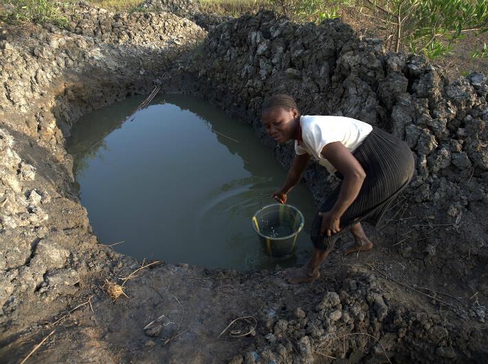 Puisage de l'eau salée dans un trou de conservation - © Pierrot Men - 2017