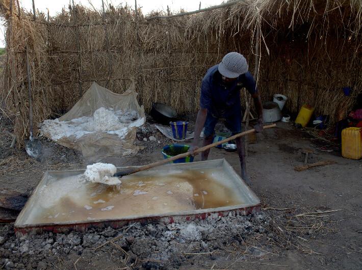 Récolte du sel ignigène dans le bac à cuisson - © Pierrot Men - 2017