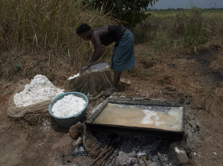 Transvasement du sel ignigène dans une bassine pour le transport - © Pierrot Men - 2017