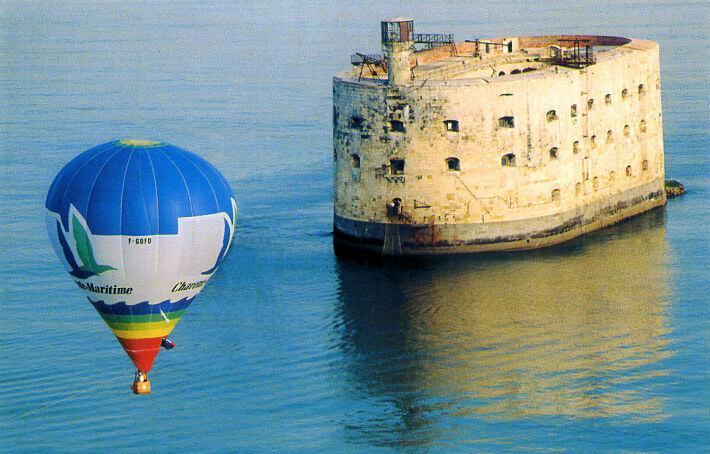 Carte postale de Fort Boyard et la montgolfière du Département de la Charente-Maritime