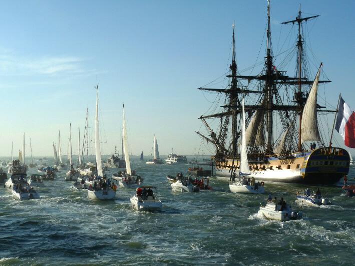 Le 7 septembre 2014, au départ de Rochefort, première navigation en mer de L'Hermione, escortée par plus d'une centaine de bateaux.