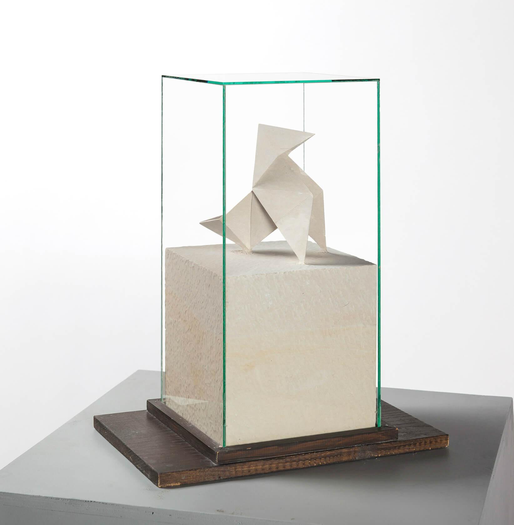 Karelle BOIREAU - Cocotte - Pierre calcaire de Blanzay, vitrine en verre matérialisant le bloc d'origine, 42 x 35 x 22 cm