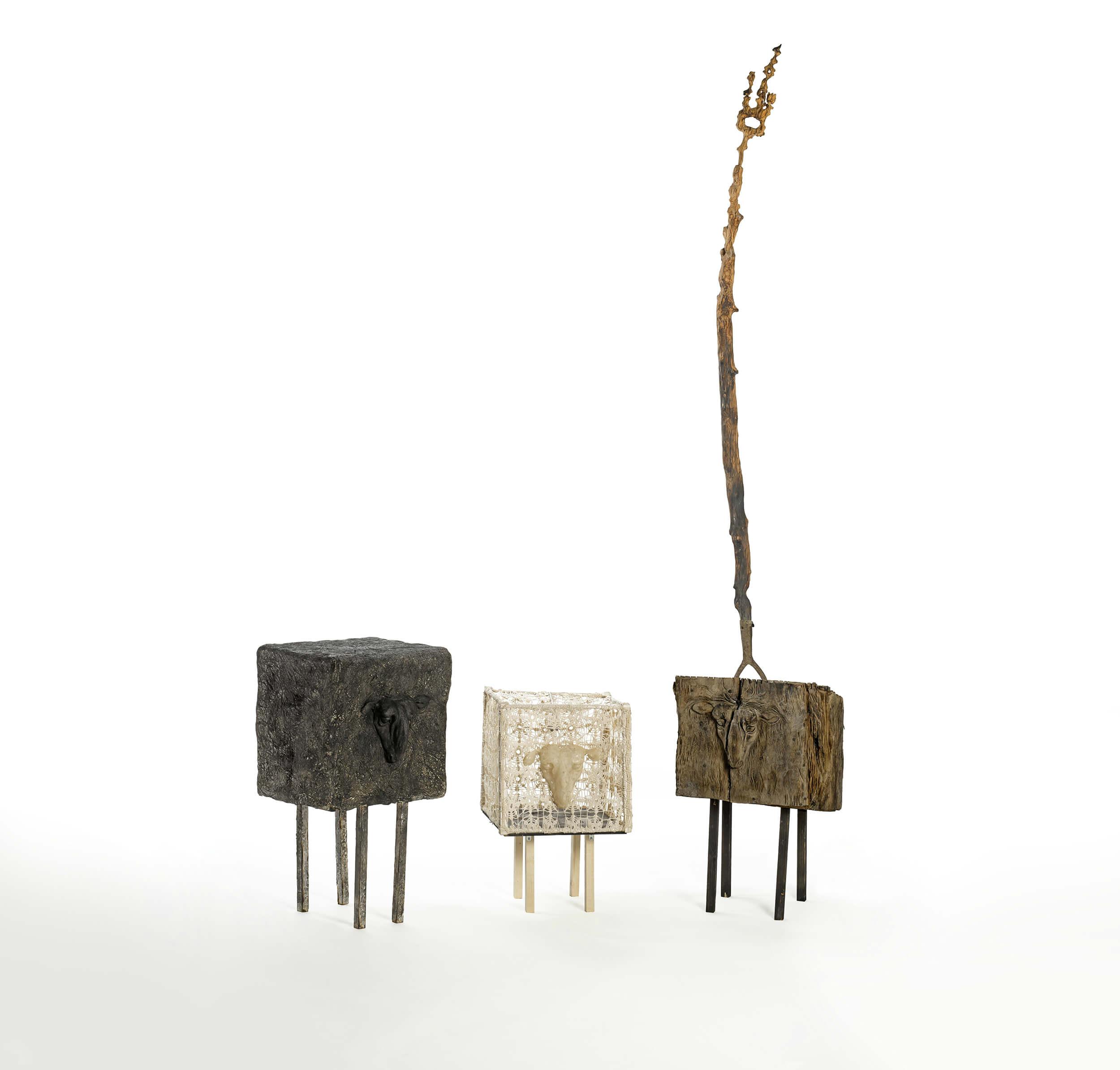 Arnô RAPOSO - Moutons Noirs - Bois, plâtre et crochet - 200 x 300 x 50 cm